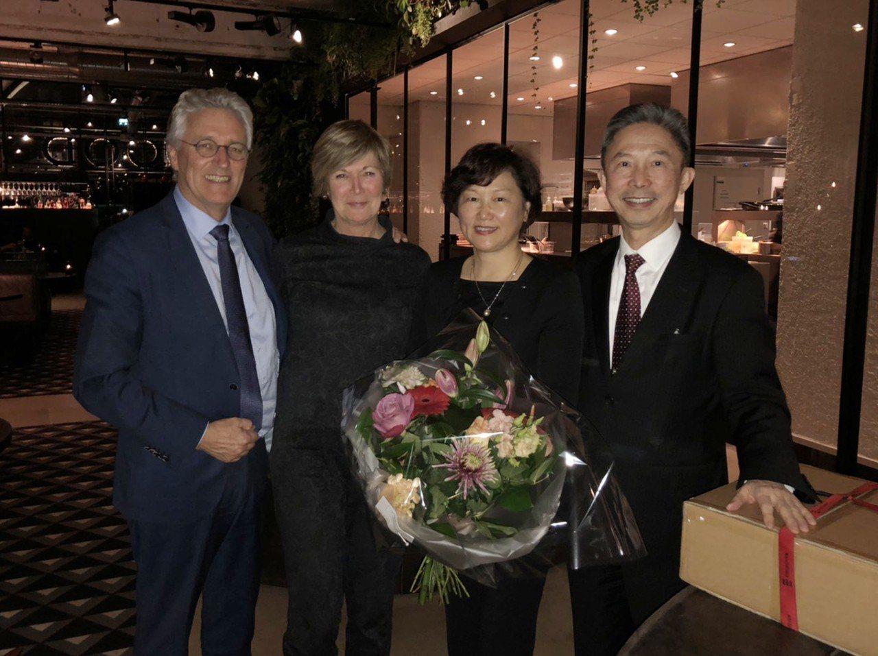 駐荷蘭代表周台竹(右)近日將離任回台,12月19日愛因霍芬市長佐瑞茨瑪夫婦歡送。...