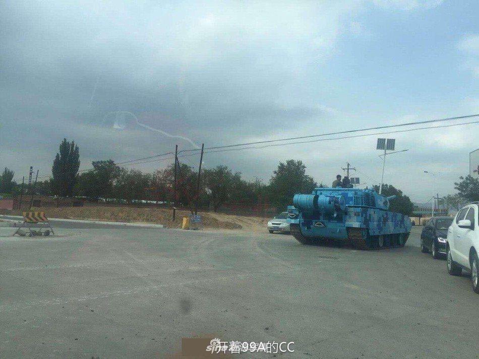 日前陸網友在社交網站爆料,一輛海洋迷彩新式戰車正在某城市街上行駛,從外形和局部特...