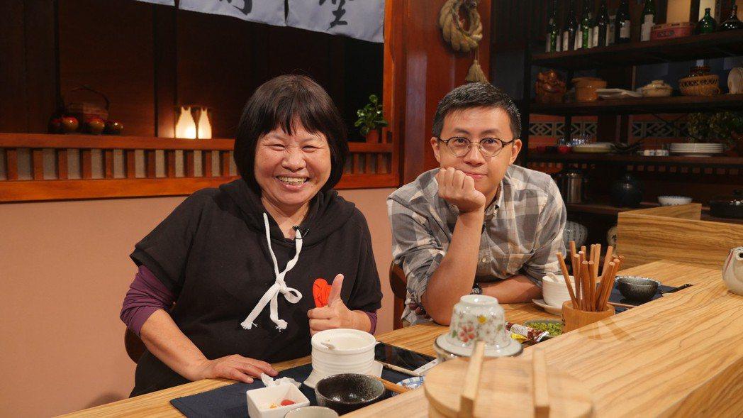 無黨籍台北市議員「呱吉」邱威傑(右)與屏東縣議員蔣月惠(左),2人日前受邀上節目