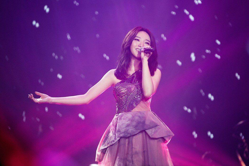 歌手閻奕格26日晚間在香港舉辦個人音樂會,開場就用一連串人氣影視歌曲帶歌迷進入音...