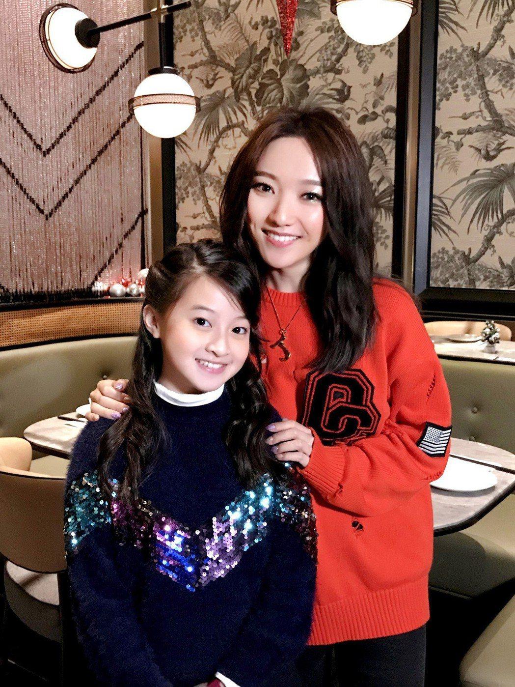 歌手閻奕格(右)26日晚間在香港舉辦個人音樂會,嘉賓邀來曾與她在節目「聲林之王」