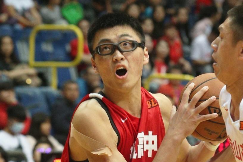 光復喬楚瑜(左)狂摘33籃板。 聯合報系資料照