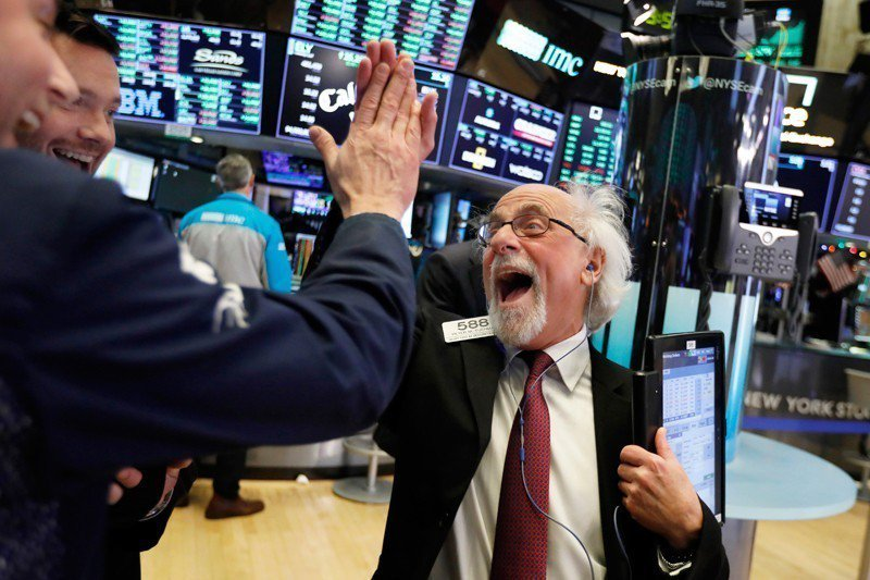 道指上漲1086.25點,創下史上單日最大漲點紀錄。圖為交易員歡喜若狂。 美聯社