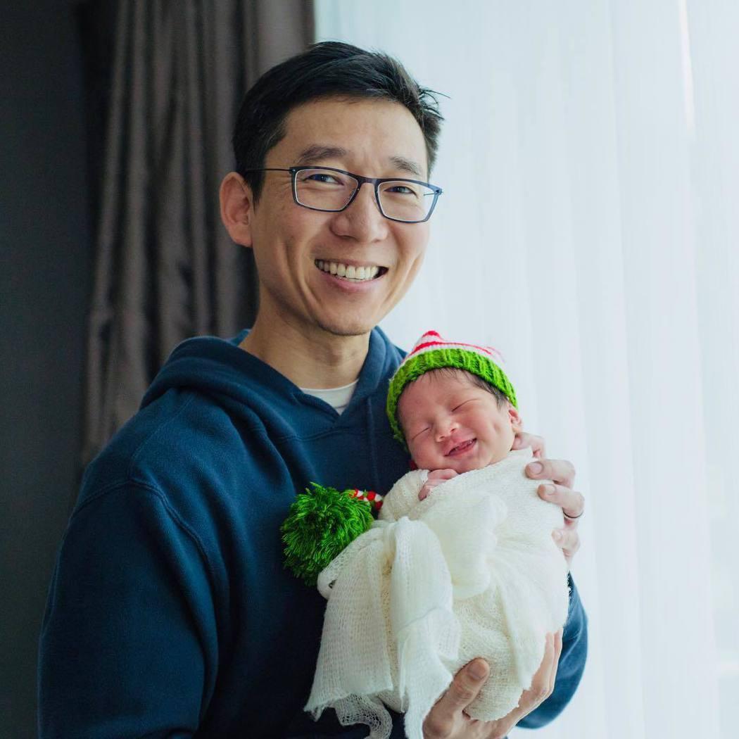 隋棠老公抱著小兒子Olie。 圖/擷自Tony IG