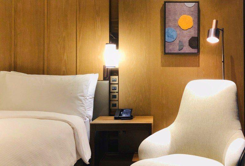 每間客房使用希爾頓逸林「好夢常在」睡眠體驗床品,空間上運用木頭質地與陳穩而不失輕...