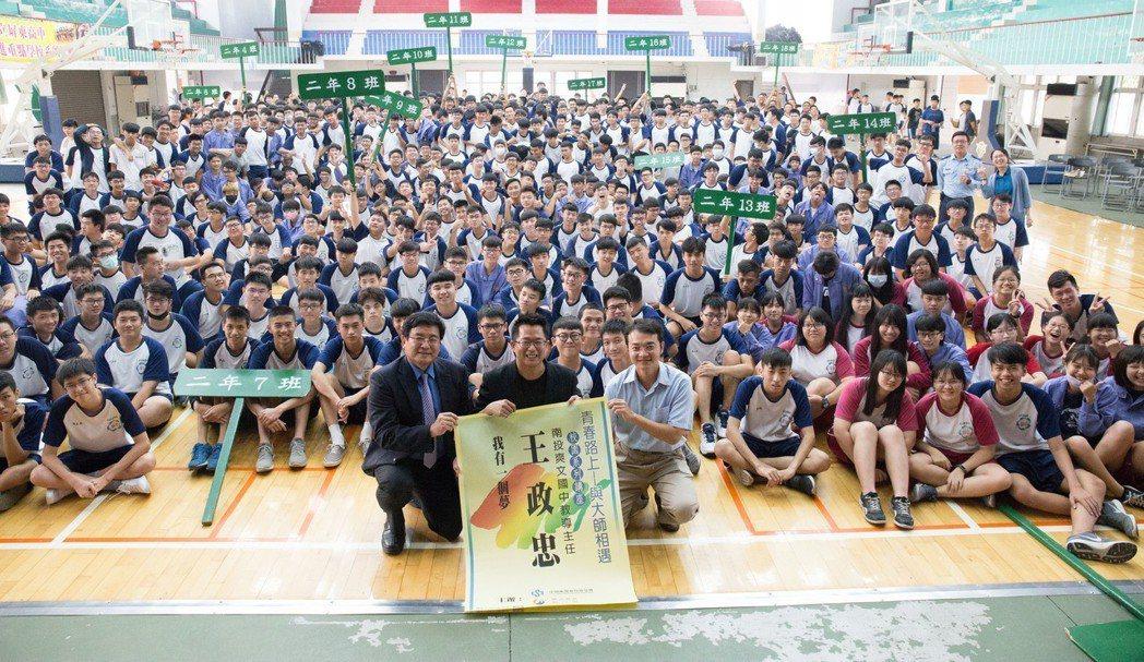 中鋼校園講座今年邀請爽文高中教導主任王政忠到屏東高中演講。 攝影/張世雅