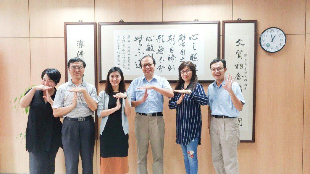 中鋼校園講座今年邀請TFT創辦人劉安婷(左三)到新莊高中演講。 攝影/張世雅