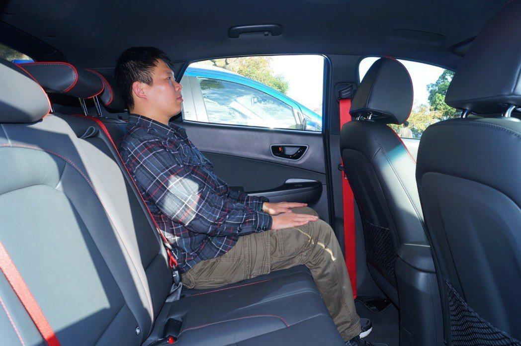 Kona則礙於流線車頂設計與黑色頂篷,頭部空間與視覺感受較為壓縮。 記者趙駿宏/...