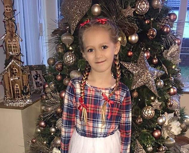 英國5歲女童艾斯美到醫院拔了3顆牙齒,卻差點發生憾事,讓媽媽看了心疼又憤怒。圖擷...