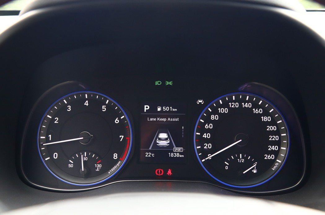 Kona的儀表板可顯示各種駕駛輔助與車輛資訊,但界面為英文有點可惜。 記者張振群...