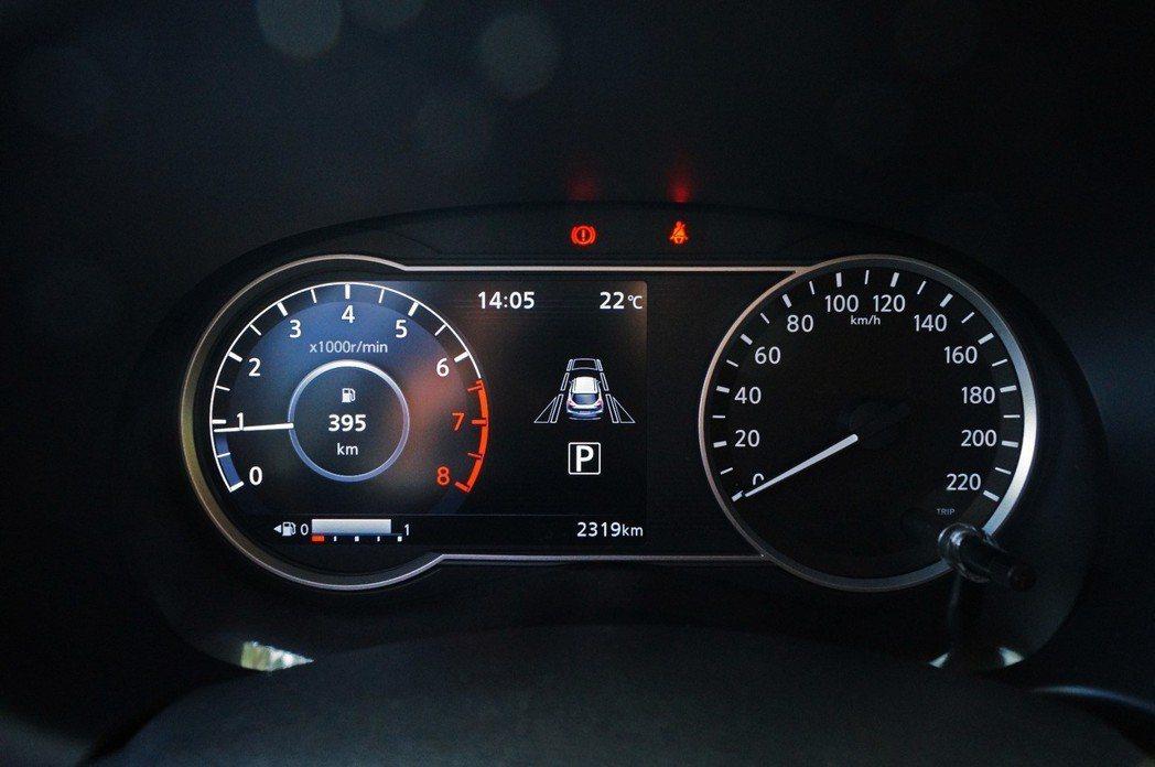 左方數位儀錶板可以顯示轉速、油耗、行車資訊、智行科技。 記者趙駿宏/攝影