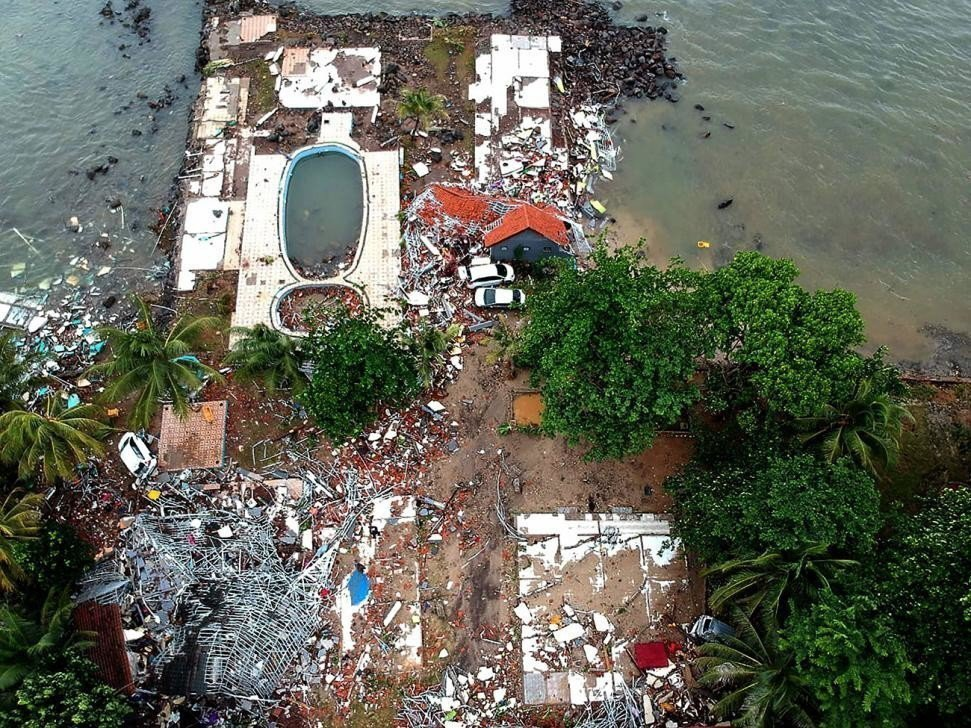 圖為印尼爪哇島萬丹省板底蘭一處遭海嘯夷平房屋的空拍圖。 法新社