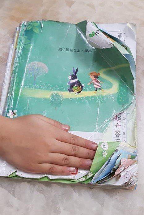 爸媽常常碰到小孩把學校課本弄的超破爛 圖片來源/爆廢公社