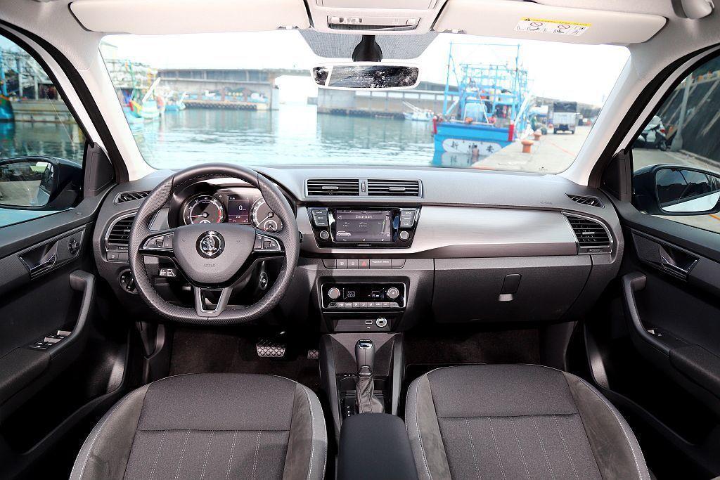 試駕車選配價值7萬台幣的「魅力套件」,在內裝方面升級鈦銀刷色飾板、麂皮包覆布紋座...