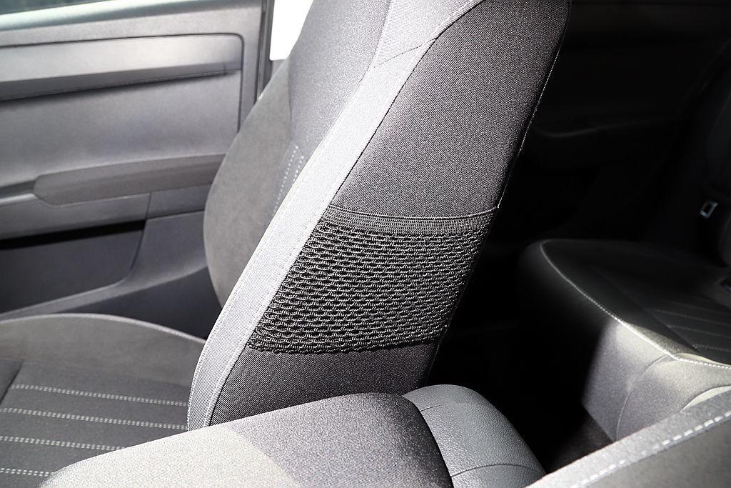 前座椅兩側有小網袋設計,能夠讓車主將手機、卡片等物品放置在裡面。 記者張振群/攝...