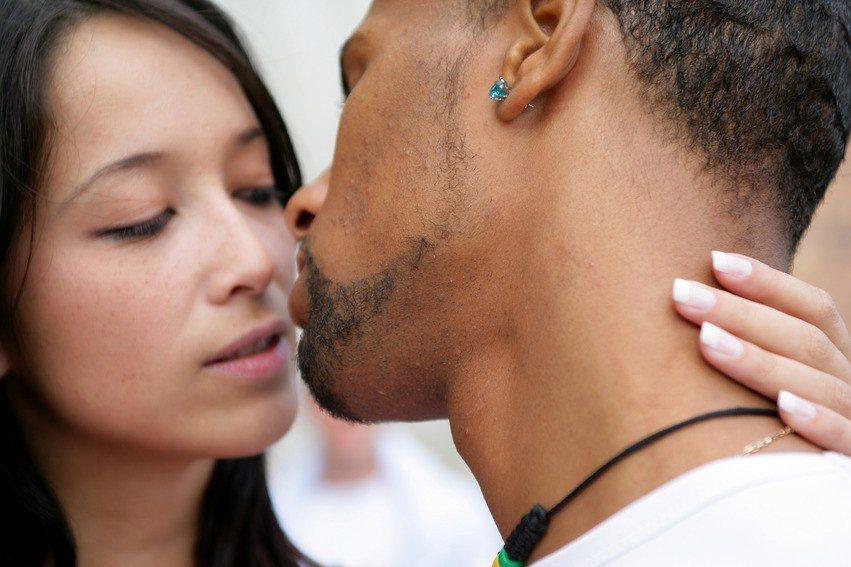 英國研究顯示,兩性在遇見喜歡的對象時,音調就會改變。 圖/ingimage