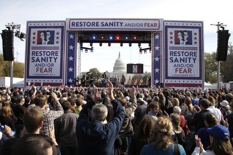 圖為2010年10月美國期中選舉前,由史都華舉辦的遊行,在華府吸引逾21萬人潮。...