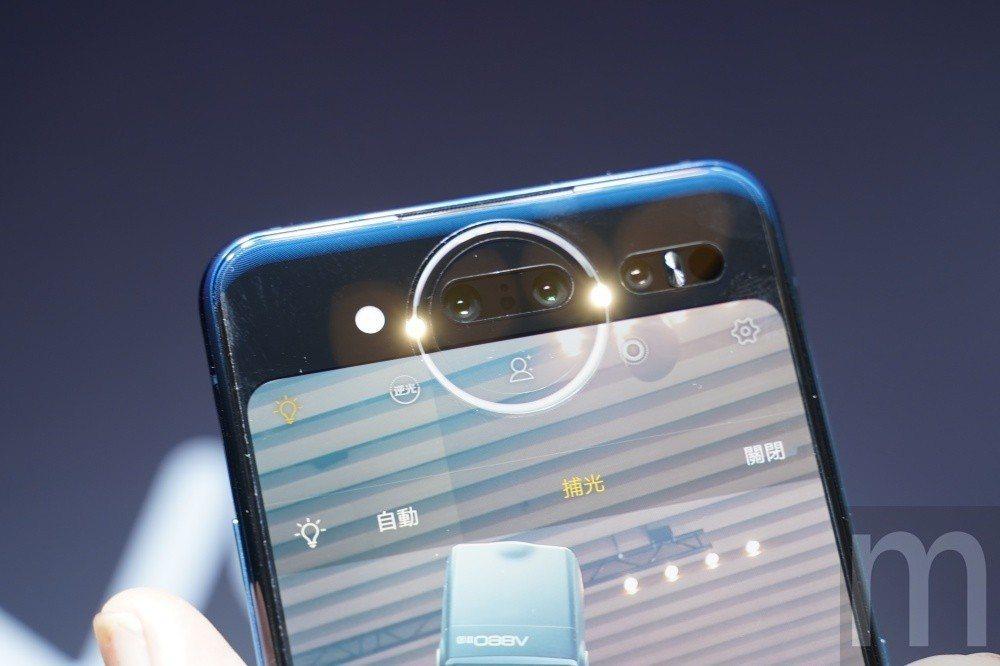 透過後方螢幕上的星環絢彩柔光燈進行自拍補光,或是配合來電、音樂播放呈現不同燈光效...