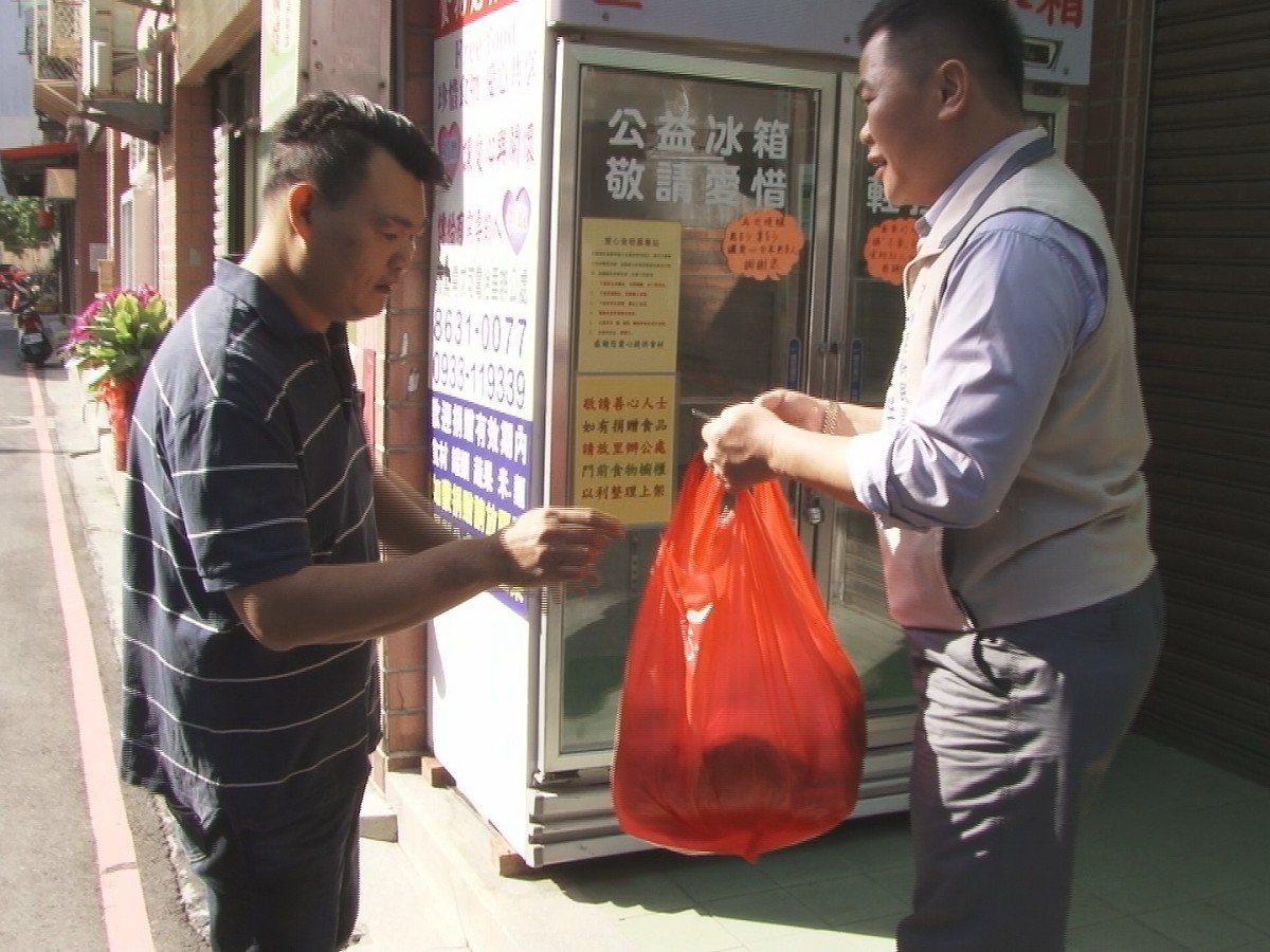 為響應淡水愛心冰箱公益活動,大忠街麵包店每天都提供20多個新鮮麵包,放到冰箱一起...
