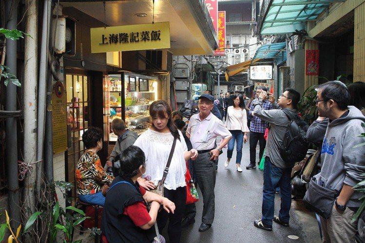 上海隆記菜館即將於今年底走入歷史,中午用餐時間可見許多民眾排隊等候。記者陳睿中/...