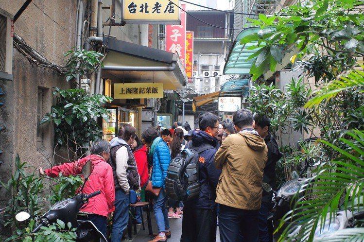 上海隆記菜館門口可見到多人排隊等候,晚來還吃不到。記者陳睿中/攝影