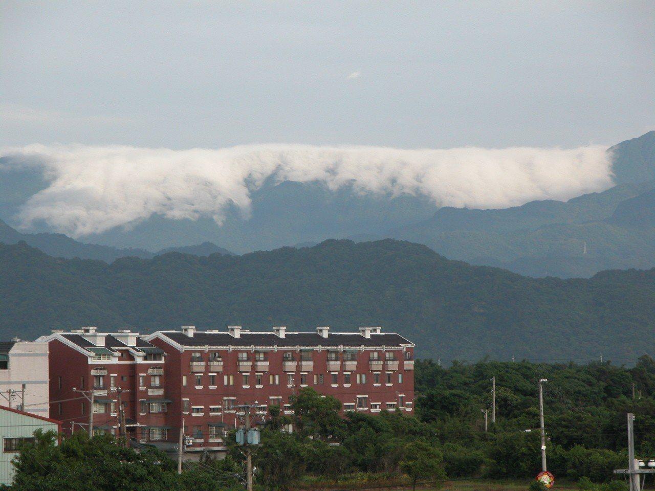 復興鄉插天山系出現雲瀑奇景,白雲如瀑布般翻山宣洩,鄰近的大溪、八德等地均可看到大...