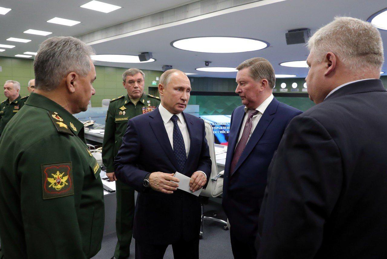 俄羅斯總統普亭(中)宣布新型高超音速飛彈系統「先鋒」試射成功。路透