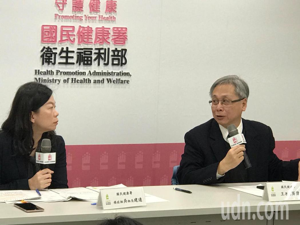 國民健康署署長王英偉(右)呼籲民眾,踴躍接受癌症篩檢才能早期發現,早期治療。記者...