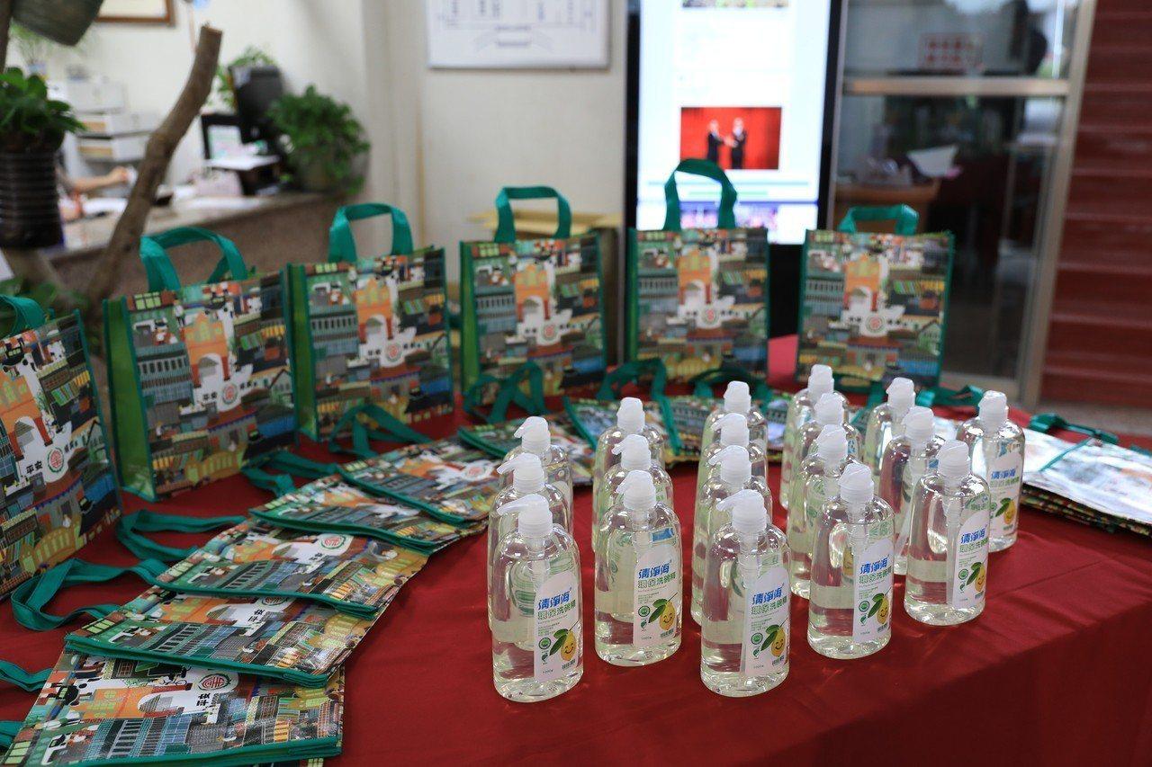 宜蘭鎮公所贈送給民眾平安順興環保袋及洗碗精,呼籲在新的一年,除了有新年新希望,也...