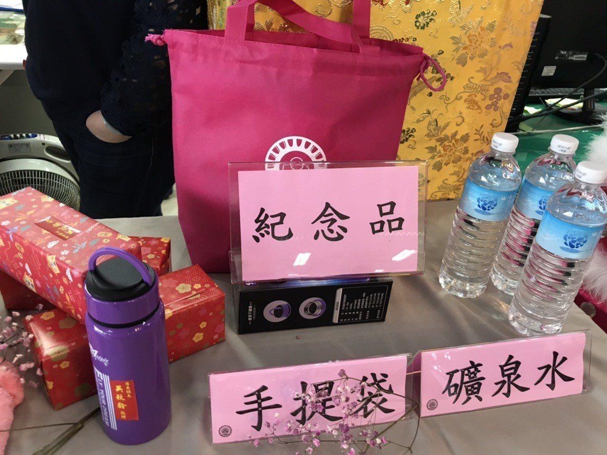 羅東鎮公所則是贈與民眾環保袋、保溫瓶與毛巾當紀念品,呼籲在新的一年,除了有新年新...