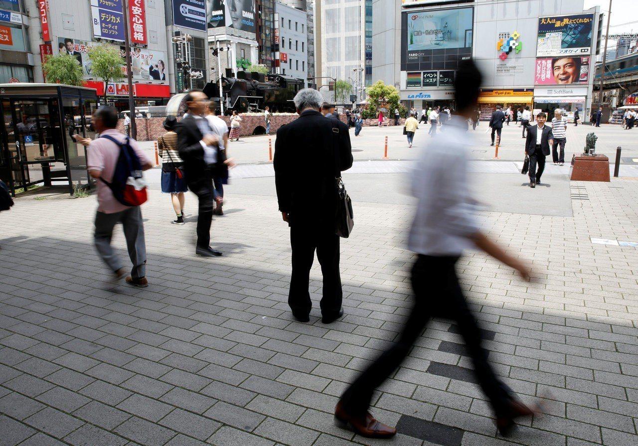 日本一些電商及科技公司為搶人才,已將過去的聘雇時程提前數月,且打破新人同酬慣例,...