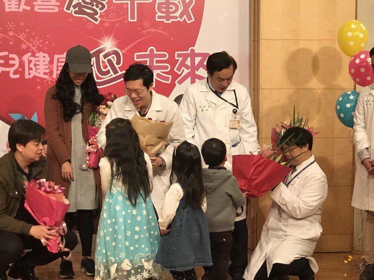 台大兒童醫院成立10週年,今舉辦慶祝活動,並邀請孩子「回娘家」,孩子們獻花給當時...