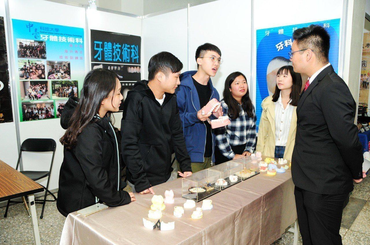中南部大學海青班在靜宜大學舉行聯合畢業典禮,有12所大學、23個學科、617位學...