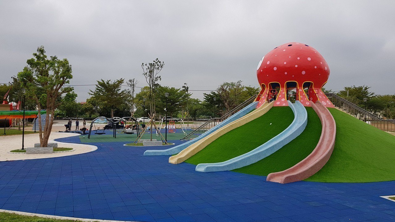 貓裏喵親子公園有9公尺高的大型八爪章魚磨石子滑梯、沙坑、鞦韆等多元親子遊樂設施。...