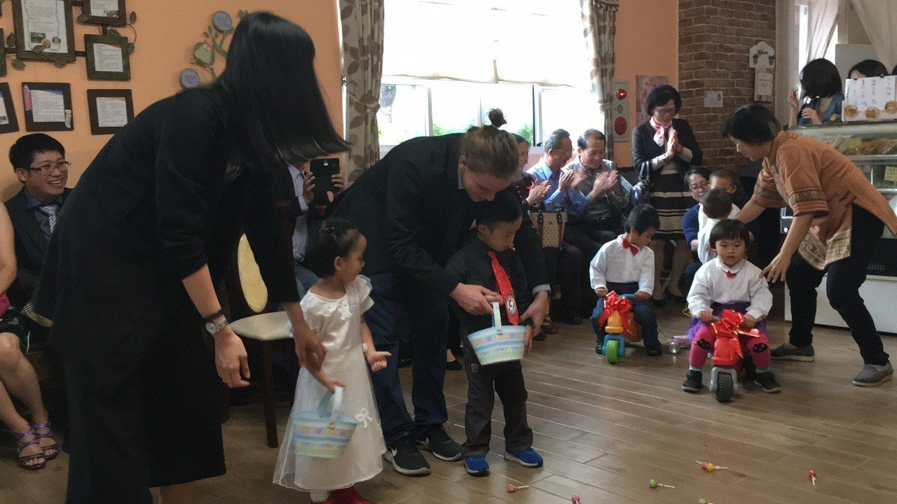天主教德蘭啟智中心今天有喜,大家都忙著一同準備婚禮。圖/德蘭中心提供