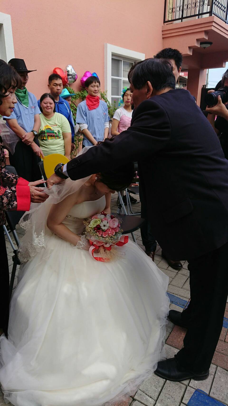 在德蘭中心工作的社工督導蔡竺君與同為社工的陳國祥今天早上8點在德蘭舉辦婚禮。圖/...