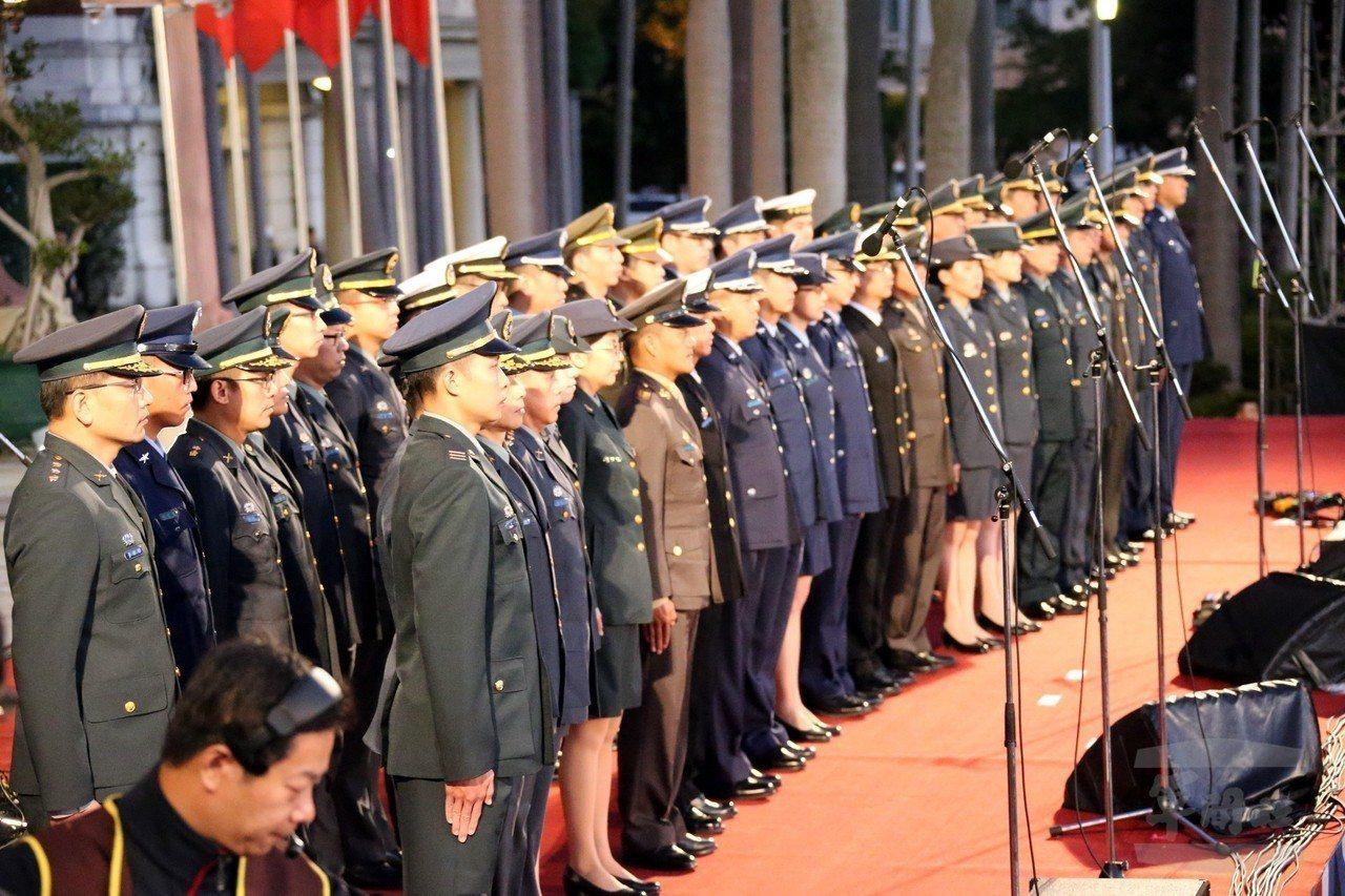 106年元旦升旗,由105年度國軍楷模官兵領唱國歌。圖/軍聞社資料照