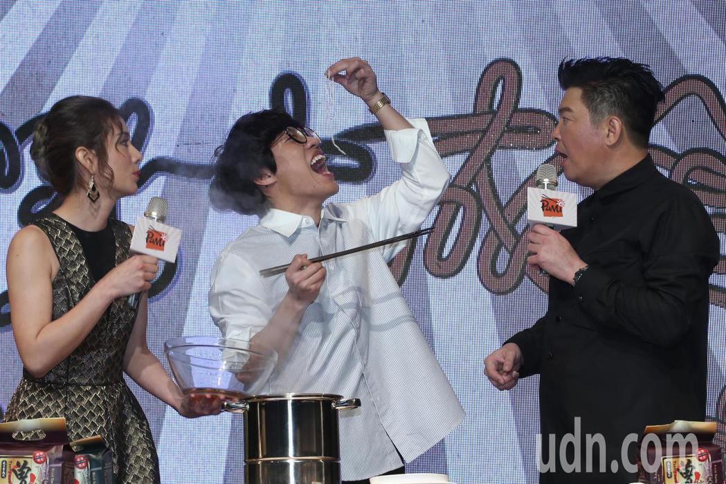 盧廣仲(中)下午出席曾國城(右)曾拌麵新品見面會,親自煮麵給主持人莎莎(左)與曾