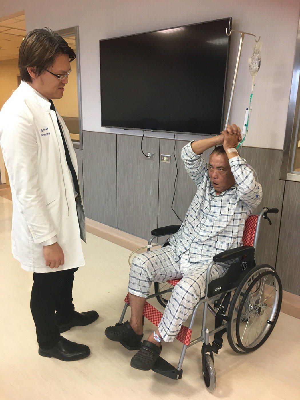 因迅速到院進行搶救,劉姓男子術後恢復良好,且原本癱瘓的左手和左腳,已可舉起。記者...