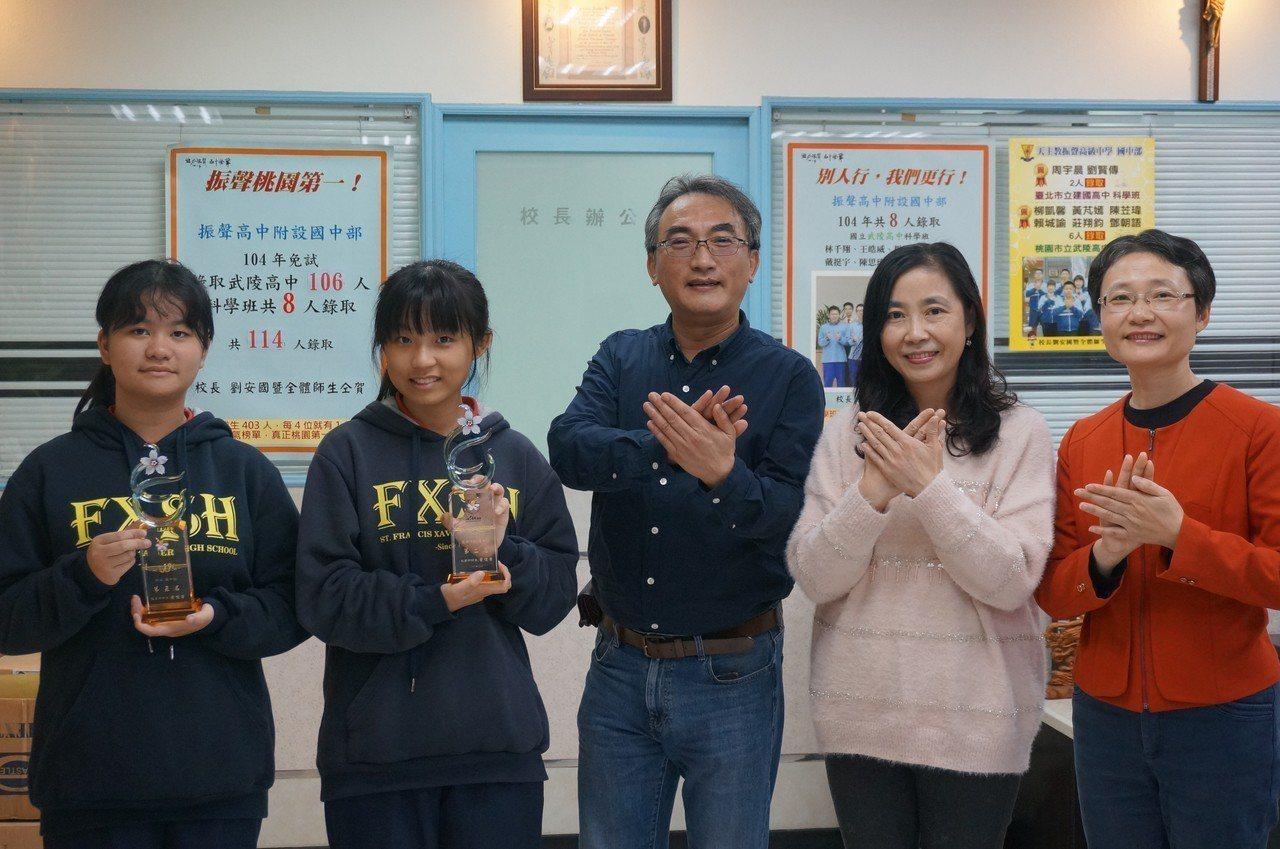 桃園振聲中學國中部在全國語文競賽得獎學生(左起)黎秝彤、洪紹藍,和校長劉安國、指...