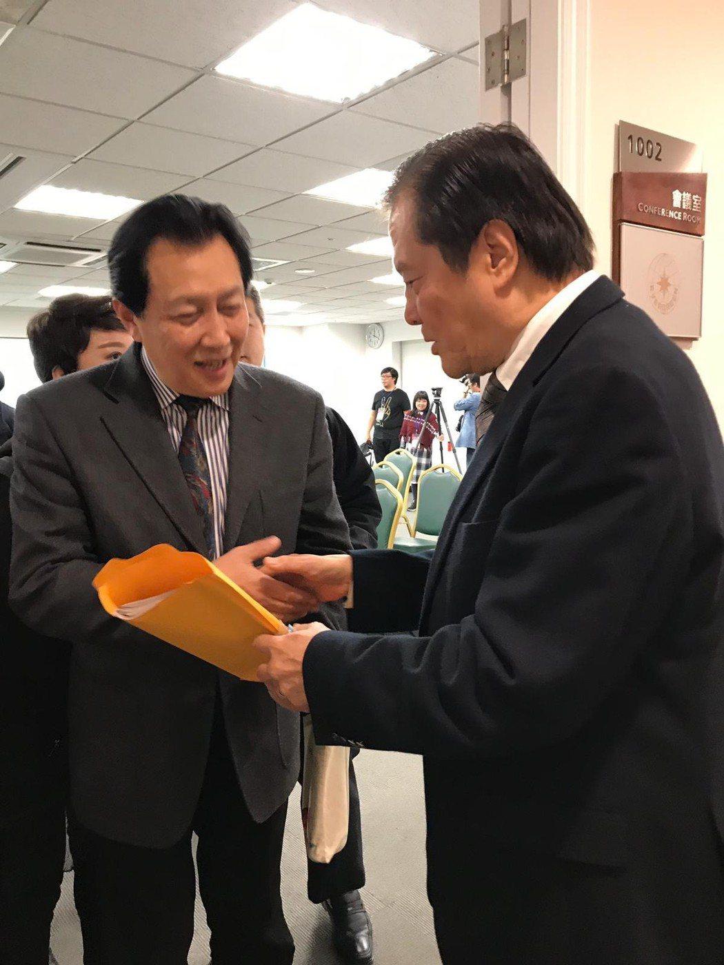 汪威江贈送台灣名產給唐國強(左)。圖/中華廣播電視節目製作商業同業公會提供