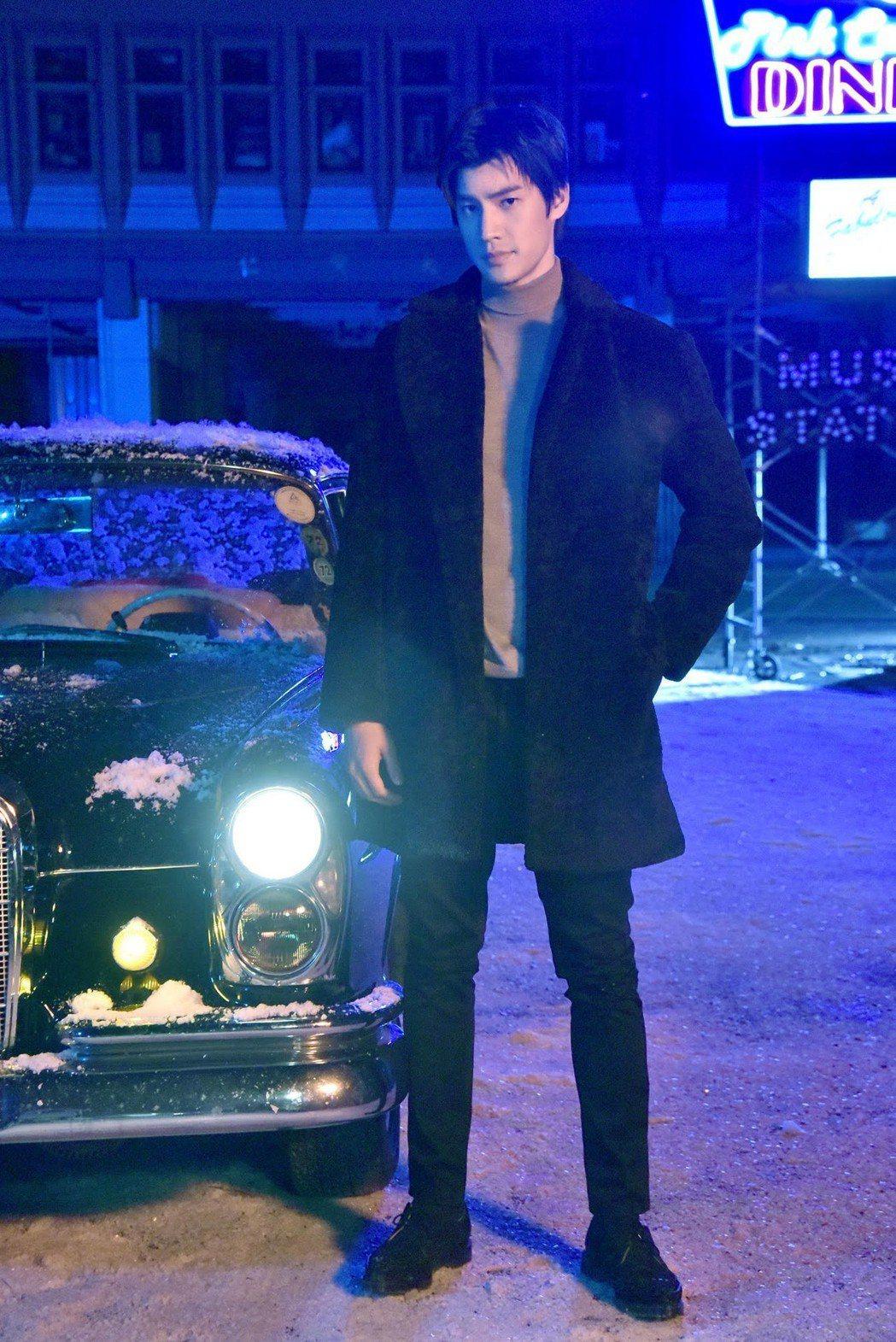 羅宏正特別喜歡身後的千萬賓士古董車。圖/太陽娛樂提供