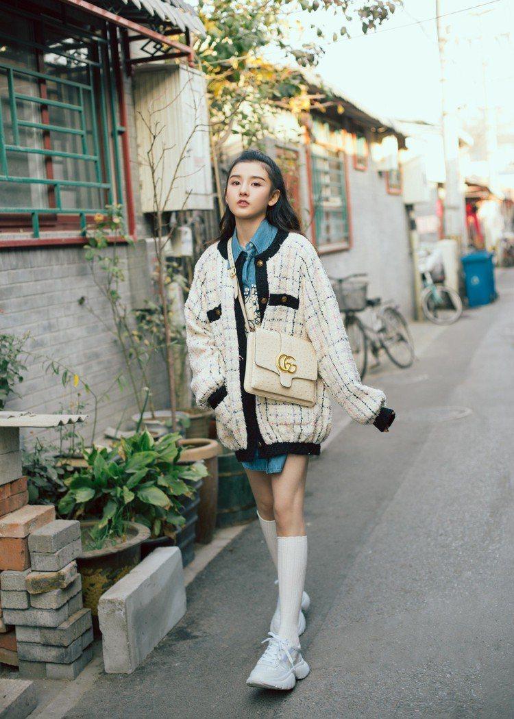 大陸女星宋祖兒用正方款的Arli系列肩背包配出奢華輕熟味。圖/Gucci提供