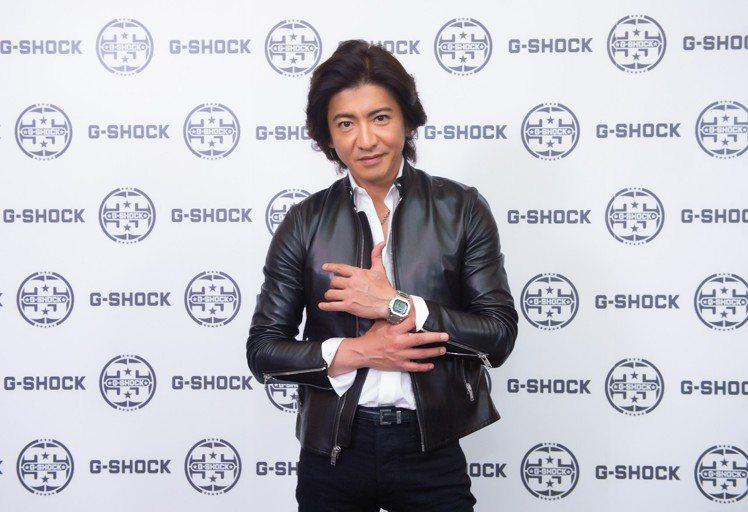 木村拓哉以皮衣夾克造型,搭配G-Shock GMW-B5000D-1腕表。圖/摘...
