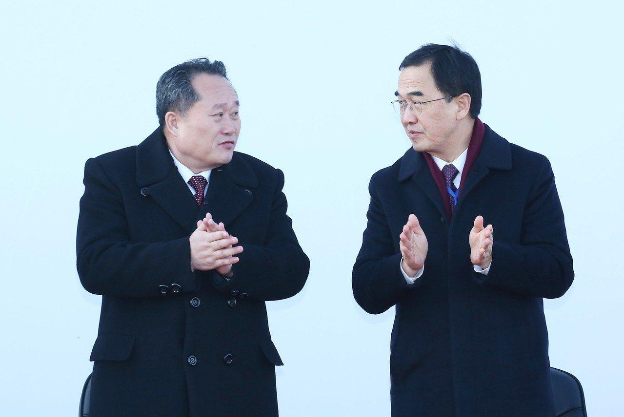 北韓祖平統委員長李善權(左)與南韓統一部長趙明均(右)26日在兩韓鐵公路對接典禮...