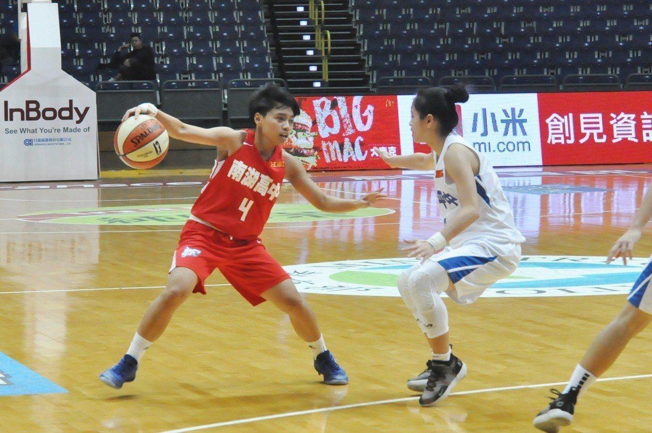 南湖主控張辰妍(左)帶傷上陣攻下24分。記者曾思儒/攝影