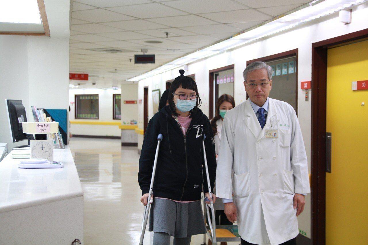 台北榮總副院長陳威明(左)視病猶親,就算骨癌病人術後存活率極低,也從未放棄手術治...