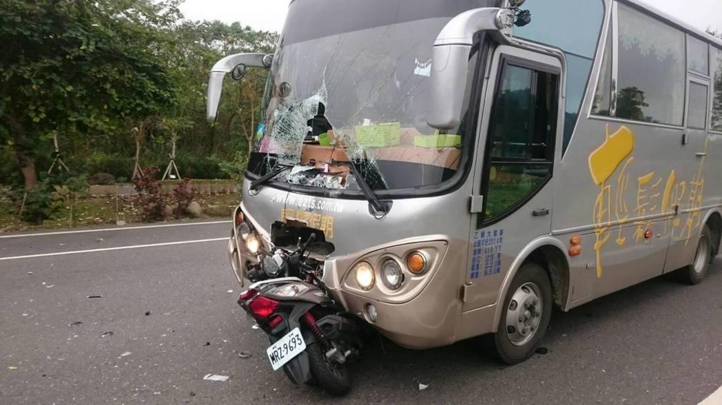 阿里山公路這輛巴士疑因超車和超速,和機車相撞,機車騎士傷重不治。圖/ 讀者提供