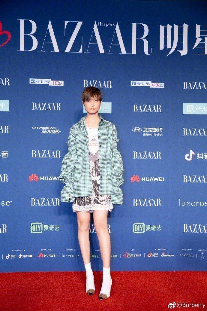 李宇春秀美腿穿BURBERRY 2019春夏系列裙裝出席活動。圖/取自微博