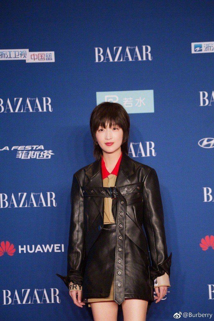 BURBERRY品牌代言人周冬雨以帥氣的皮革夾克出席活動。圖/取自微博